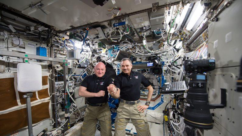 El astronauta de la NASA Scott Kelly y el cosmonauta ruso Mikhail Kornienko cuando alcanzaron 300 días consecutivos en la Estación Espacial Internacional, el 21 de enero de 2016. Kelly regresó a la Tierra el 1° de marzo de 2016, luego de cumplir 340 días en el espacio. (NASA)