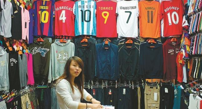 Un local de Shanghai que vende camisetas de fútbol falsificadas. (Philippe Lopez/AFP/Getty Images)