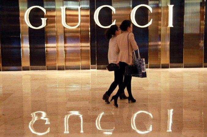 Compradores chinos que caminan en una tienda de Gucci en Nanjing, provincia de Jiangsu al este de China. (STR / AFP / Getty Images)