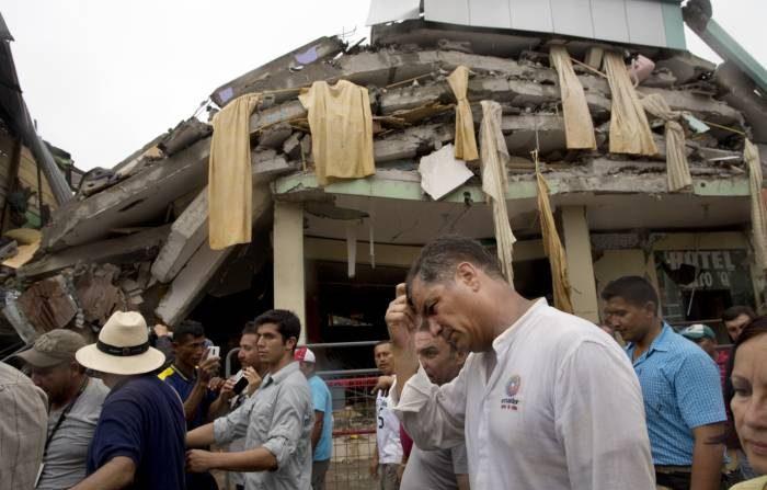 Foto de archivo: El presidente de Ecuador, Rafael Corre, al realizar un recorrido por las zonas afectadas por el sismo. (Agencias)
