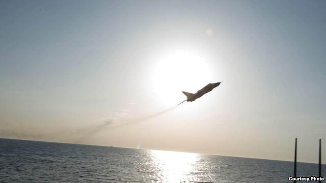 Imagen de Rusia sobrevuelo cerca destructor de misiles guiados USS Donald Cook en el Mar Báltico conforme a lo dispuesto por la Armada de EE.UU. 6ta flota .