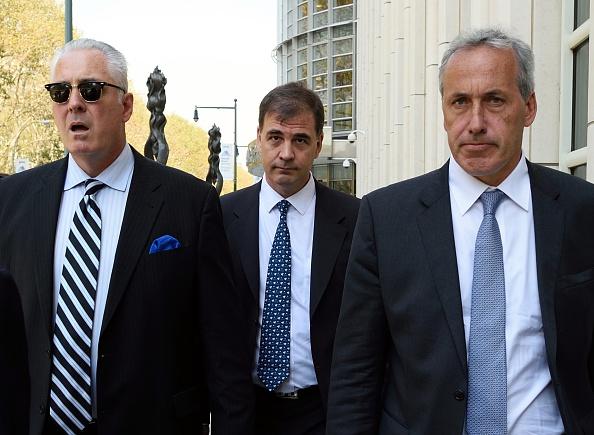 Alejandro Burzaco (C) deja el juzgado distrito en Brooklyn 18 de septiembre de 2015 en Nueva York. Burzaco fue a comparecer ante un juez para responder a acusaciones de soborno y la corrupción vinculada al escándalo FIFA masivo. AFP foto/DON EMMERT (crédito de foto debe leer DON EMMERT/AFP/Getty Images)