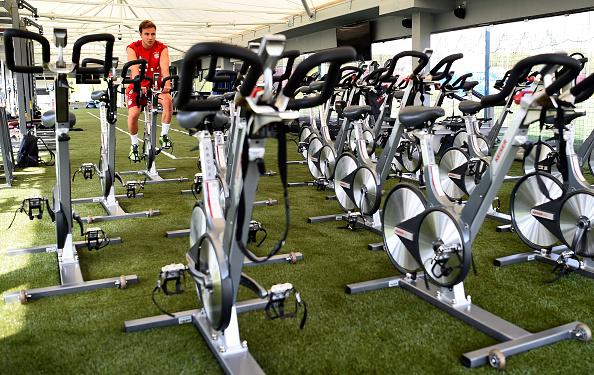 El minuto de ejercicio intenso se combina con tres intervalos de 20 segundos de bicicleta a ritmo acelerado, dos minutos de recuperación en bicicleta a ritmo lento y cinco minutos de calentamiento y enfriamiento (Foto por L. Barón/Getty Images para FC Bayern)