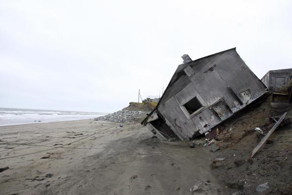 Una casa destruida por la erosión de la playa.  Existe más 1562 personas, 442 hogares y 110 familias que residen en el pueblo de evacuación frente a todos y la pérdida de su vida tradicional. En el caso de Bahamas, se inundaría un 80 % de la nación (crédito de foto debe leer GABRIEL boyas/AFP/Getty Images)