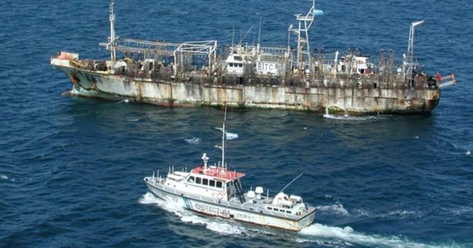 Barco pesquero chino en aguas latinoamericanas seguido por una embarcación de la prefectura naval argentina. (Getty Images/Creative)