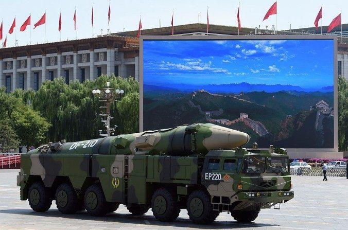 Un vehículo militar chino lleva un misil DF-21D después de un desfile militar en septiembre de 2015. (Greg Baker/AFP/Getty Images)