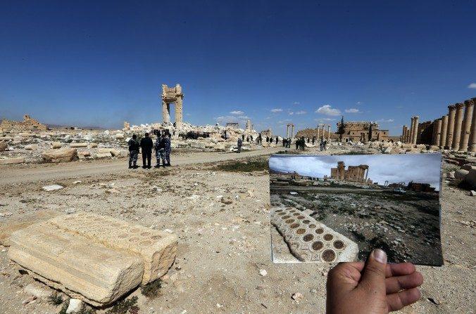 Fotografía de Joseph Eid, su foto de 2014 en el templo de Bel en Palmira contra las ruinas del mismo templo el 31 de marzo de 2016. Esta yuxtaposición ilustra el daño infligido por ISIS a monumentos de Palmira durante la ocupación del grupo de patrimonio de la humanidad de la UNESCO. (Joseph Eid/AFP/Imágenes Getty)