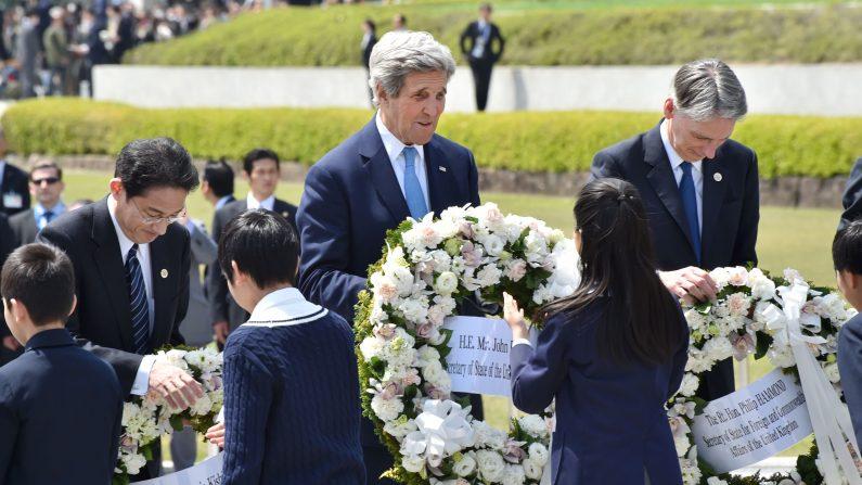 El secretario de Estado estadounidense, John Kerry (C), el canciller de Japón, Fumio Kishida (R) y el canciller británico, Philip Hammond reciben coronas para ofrecer en el Memorial Cenotafio en honor de las 1945 víctimas de las bombas atómicas en el Parque Memorial de la Paz, en el marco del G7 Reunión de Cancilleres en Hiroshima el 11 de abril de 2016.Kerry y otros ministros de Exteriores del G-7 hicieron la visita histórica del 11 de abril al sitio en memoria de primer ataque nuclear del mundo en Hiroshima (Photo credit should read KAZUHIRO NOGI / AFP / Getty Images)