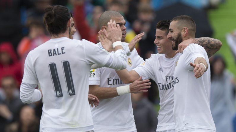 El Real Madrid festeja el primer gol de Karim Benzema. (Gonzalo Arroyo Moreno / Getty Images)