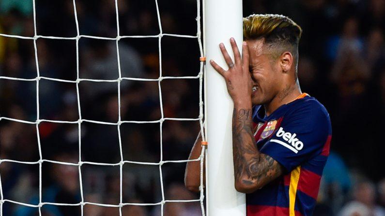 Neymar del FC Barcelona reacciona después de perder la oportunidad de anotar durante el partido de Liga entre el FC Barcelona y el Valencia CF en el Camp Nou el 17 de abril de 2016, Barcelona, España. (David Ramos / Getty Images)