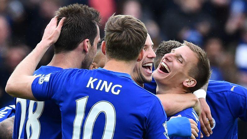 El mediocampista Inglés de Leicester City Marc Albrighton (Der.) celebra anotar su cuarto gol durante el partido de fútbol Inglés Premier League entre el Leicester City y Swansea en el estadio King Power en Leicester, centro de Inglaterra, el 24 de abril de 2016. (BEN STANSALL / AFP / Getty Images)