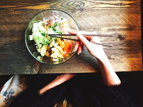 as ensaladas ofrecen una deliciosa y fácil manera de aportar más frutas, verduras, pescados, carnes, cereales y legumbres que completan nuestro menú. Foto: Irene Wissel / EyeEm/ Getty Images
