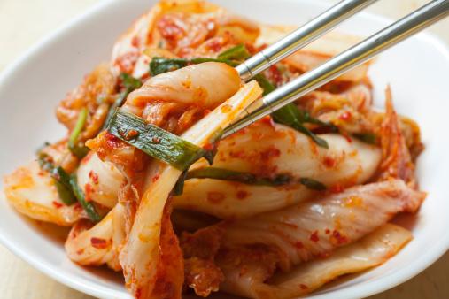 Pero a fines del otoño, los coreanos ya preparan cantidades enormes de kimchi y lo almacenan  en grandes vasijas de vidrio que entierran para el consumo futuro. Foto:  Brian Yarvin/ Getty Images