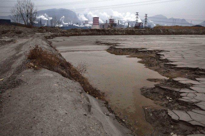 Agua severamente contaminada a la vista afuera de una fábrica de acero el 19 de noviembre de 2015. (Kevin Frayer/Getty Images)
