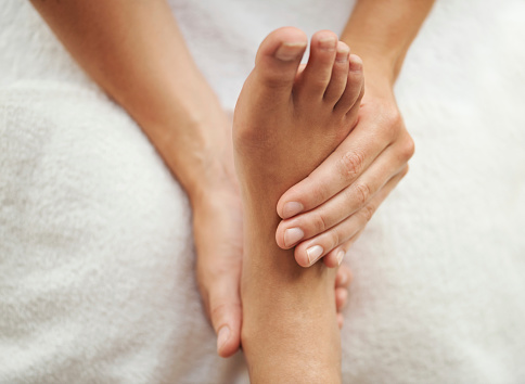 Los pies concentran sesenta de los trescientos sesenta puntos de reflexología del cuerpo. Foto: : PeopleImages/ Getty Images
