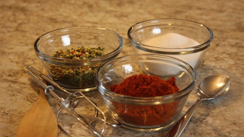 Salero: Puedes crear una combinación de espacias en el salero, para sustituir la sal. (Pixabay)