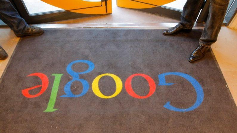 Una alfombra con el logo de Google en la entrada de su sede en París, Francia. 6 de diciembre de 2011.