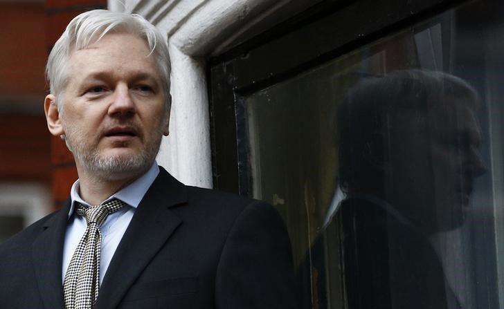 El fundador de WikiLeaks, Julian Assange, da un discurso desde el balcón de la embajada ecuatoriana en Londres, Reino Unido. 5 de febrero de 2016. Un tribunal sueco confirmó el miércoles la orden de detención contra el fundador de WikiLeaks, Julian Assange. REUTERS/Peter Nicholls
