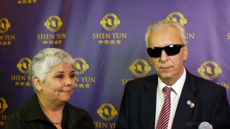 El Dr. Eduardo Awad y su secretaria, Alejandra Parets, asistieron al estreno de Shen Yun 2016 en Argentina. (Marcos Giuriati/La Gran Época)