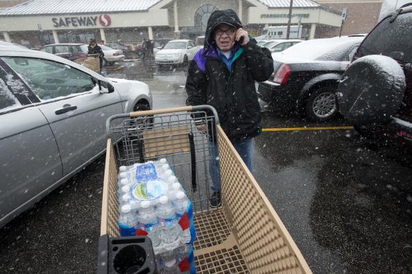 Muchas personas acuden a supermercados en preparación a la tormenta. (Foto de Bonnie Jo Monte/el poste de Washington vía Getty Images)