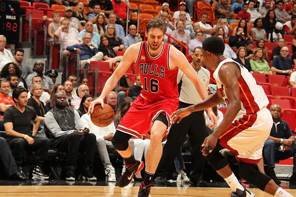 Pau Gasol #16 de los Chicago Bulls se encarga de la bola (Foto por Issac Baldizon/NBAE vía Getty Images)