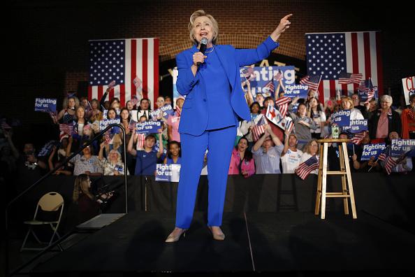 Hillary Clinton, ex Secretario de estado y candidato presidencial demócrata de 2016, habla durante campaña en Louisville, Kentucky, Estados Unidos. Clinton dijo que ve un gran papel para Bernie Sanders y sus seguidores en un 'partido unificado'. Fotógrafo: Lucas Sharrett/Bloomberg a través de Getty Images