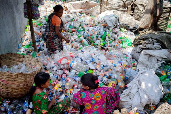 Las mujeres trabajan en una fábrica de reciclaje plástico en Dhaka Bangladesh. Muchas personas de clase baja viven en nivel de pobreza. Las madres mujer tratan de trabajar duro para mejor vida para sus hijos y familia. (Foto por K M Asad/LightRocket via Getty Images)
