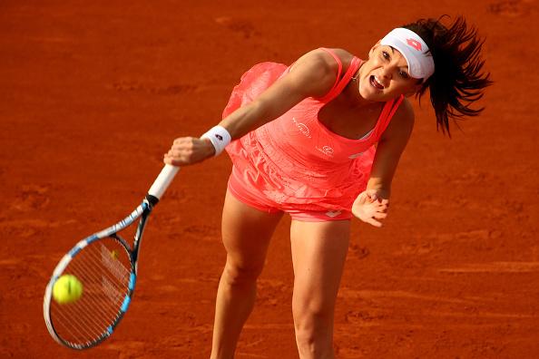 Agnieszka Radwanska de Polonia sirve durante Singles segundo partido de la ronda el Femenil contra Caroline García de Francia en el cuarto día el 2016 abierto de Francia en Roland Garros en 25 de mayo de 2016 en París, Francia. (Foto por Clive Brunskill/Getty Images)
