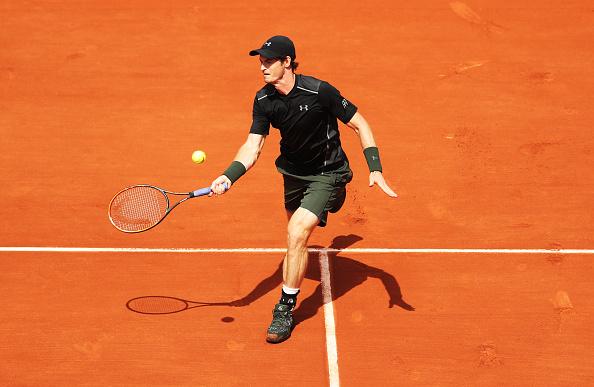 Andy Murray de Gran Bretaña juega un tiro durante individuales segunda los hombres ronda match contra SMathias Bourgue de Francia en cuatro días el 2016 abierto de Francia en Roland Garros en 25 de mayo de 2016 en París, Francia. (Foto por Ian MacNicol/Getty Images)