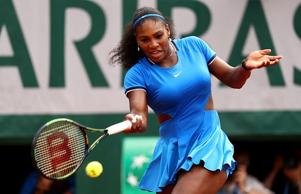 Serena Williams de Estados Unidos golpea una derecha durante el partido segunda ronda de Singles damas contra Teliana Pereira de Brasil en día cinco el 2016 abierto de Francia en Roland Garros en 26 de mayo de 2016 en París, Francia. (Foto por Julian Finney/Getty Images)