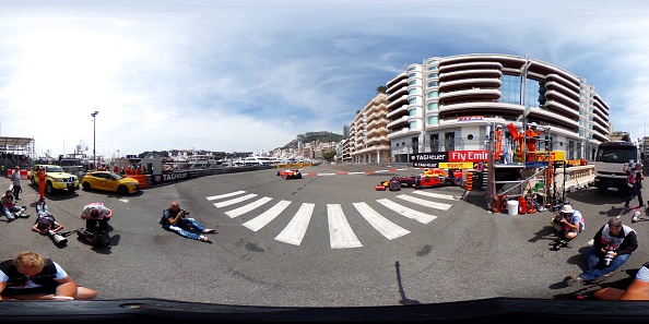 Sebastian Vettel de Alemania y Daniel Ricciardo de Australia conducir el turbo de Ferrari SF16-H 059/5 de Scuderia Ferrari (5) (GP Shell) en pista durante la práctica de la fórmula uno gran premio de Mónaco en el circuito de Mónaco en 26 de mayo de 2016 en Monte-Carlo, Mónaco. (Foto por Lars Baron/Getty Images)