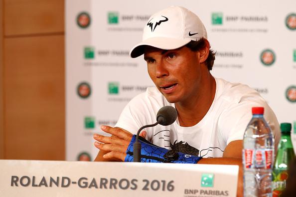 Rafael Nadal de España anuncia durante una conferencia de prensa que retiraba del torneo debido a una lesión en la muñeca el día seis el 2016 abierto de Francia en Roland Garros en 27 de mayo de 2016 en París, Francia. (Foto por Clive Brunskill/Getty Images)