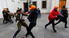 Chile: Estudiantes arremeten en el palacio presidencial contra Bachelet