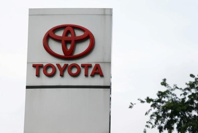 Toyota Motor Corp se asociará con la empresa de transporte de pasajeros Uber y creará una nueva opción de leasing, en la que conductores podrán adquirir vehículos a la compañía y cubrir sus pagos a través de las ganancias que generen trabajando con la aplicación. REUTERS/Beawiharta