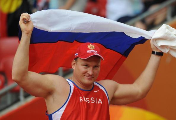 Alexey Ashapatov de Rusia celebra tras ganar la final Varonil discus F57/58 clasificación a los Juegos Paralímpicos de Beijing de 2008 en Beijing el 13 de septiembre de 2008. AFP PHOTO/Mark RALSTON (crédito de foto debe leer MARK RALSTON/AFP/Getty Images)