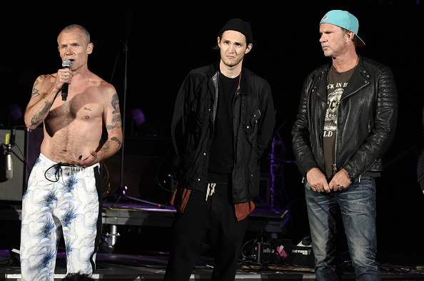 Flea, Josh Klinghoffer, y Chad Smith de los Red Hot Chili Peppers  (Tim Mosenfelder/Getty Images)