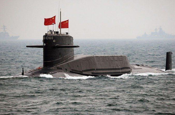Un submarino chino en una evaluación internacional de la flota el 23 de abril de 2009, en las afueras de Qingdao, en la provincia de Shandong. El régimen chino pronto podría desplegar submarinos con armas nucleares para patrullar. (Guang Niu / AFP / Getty Images)