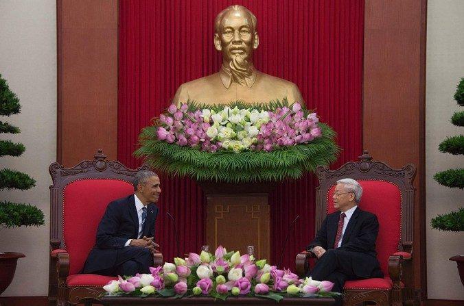 El presidente Barack Obama se reúne con el secretario general del Partido Comunista de Vietnam Nguyen Phu Trong en la Oficina Central del Partido Comunista de Vietnam en Hanoi el23 de mayode 2016. Después de que Obama levantó el embargo de armas de EE.UU. a Vietnam, China dio a conocer una respuesta de apoyo no característico del régimen. (Jim Watson / AFP / Getty Images)