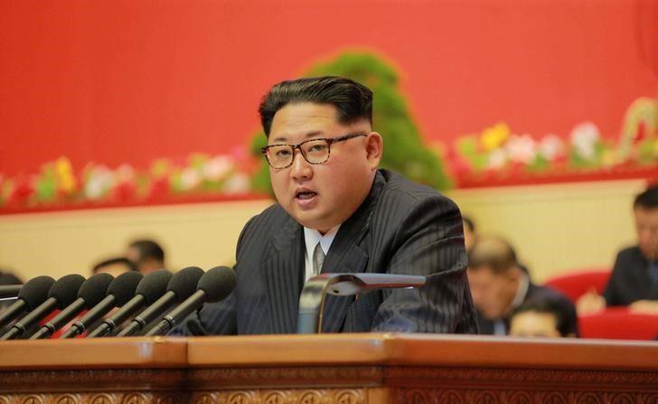 El líder de Corea del Norte Kim Jong Un durante el Congreso del Partido de los Trabajadores en Pyongyang, 7 de mayo, 2016 en esta imagen entregada por KCNA. La Unión Europea incrementó el viernes sus sanciones sobre Corea del Norte con prohibiciones comerciales y de viaje casi totales tras el último ensayo nuclear y lanzamiento de un cohete por parte de Pyongyang, una decisión que va más allá del castigo impuesto por el Consejo de Seguridad de Naciones Unidas. (KCNA/via REUTERS)