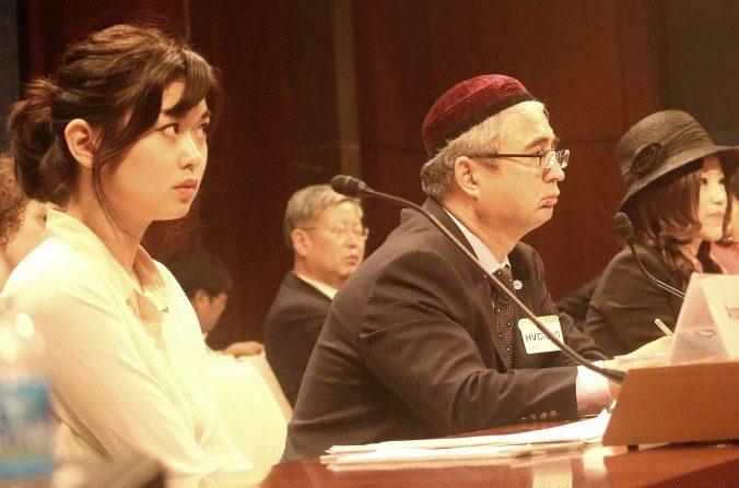 (De izquierda a derecha) Angela Gui, hija del librero desaparecido de Hong Kong, Gui Minhai; Ilshat Hassan, presidente de la Asociación Uigur Americana; y Su Yutong, periodista y activista de internet, testifican el 24 de mayo en la Comisión Parlamentaria-Ejecutiva sobre China, respecto de los esfuerzos globales de China para silenciar a los críticos. (Gary Feuerbeg/La Gran Época)