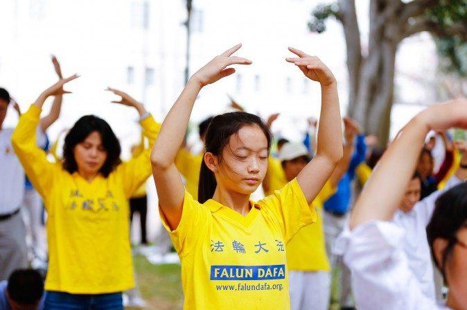 Practicantes de Falun Gong meditan en un parque cerca de la alcaldía en Los Angeles el 15 de octubre de 2015. (Edward Dye/Epoch Times)