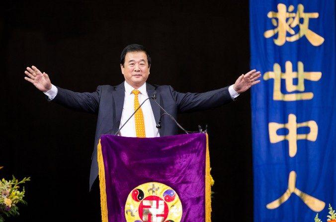 El Sr. Li Hongzhi, fundador de Falun Gong, habla a cerca de 10.000 practicantes de la disciplina espiritual en la Conferencia de Intercambio de Experiencias 2016 en el Barclays Center en Brooklyn, Nueva York, el 15 de mayo de 2016. (Larry Tinte / La Gran Época)