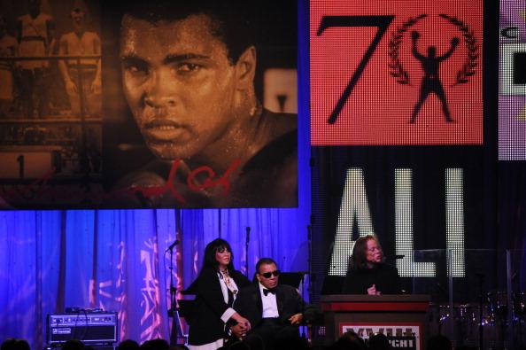 Lonnie Ali (R), esposa de Muhammad Ali (C) habla en Phoenix, Arizona. Noche de la pelea apoya la lucha contra la enfermedad de Parkinson, cuando celebraba el 70 cumpleaños de Ali. (crédito de foto debe leer ROBYN BECK/AFP/Getty Images)