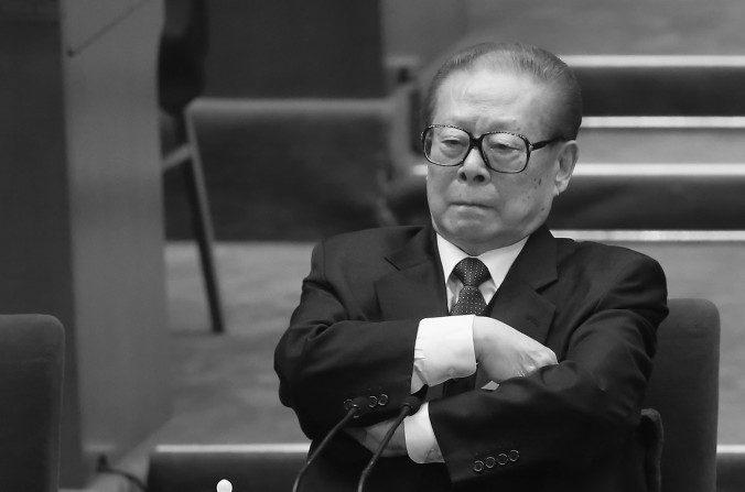 El ex jefe del Partido Comunista, Jiang Zemin, asiste a la sesión de clausura del 18º Congreso Nacional del Partido Comunista Chino en Beijing, el 14 de noviembre de 2012. (Feng Li / Getty Images)