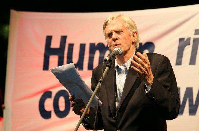 David Kilgour, ex Miembro del Parlamento canadiense, en el discurso de apertura del Relevo Global de la Antorcha de los Derechos Humanos en Atenas el 9 de agosto de 2007. (Jan Jekielek/La Gran Época)