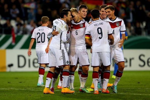Leonardo Bittencourt (2 L) celebra el segundo gol con sus compañeros de equipo durante la UEFA U21 Championship Playoff. El partido entre Alemania y Ucrania terminó 2-0 (Foto por Christof Koepsel/Bongarts/Getty Images)