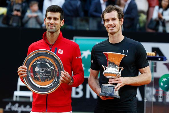 Great Britain (R) Andy Murray y Novak Djokovic de Serbia (L) recibe su premio. Andy Murray de Gran Bretaña gana al partido final del torneo de BNL2016 de tenis abierto italiano. (Foto por Ciro De luca/Pacific Press/LightRocket via Getty Images)