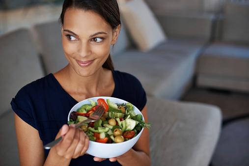 Una dieta saludable puede ayudar en el control de la diabetes tipo 2. (PeopleImages)