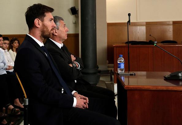 Lionel Messi del FC Barcelona y su padre de Jorge Horacio Messi visto dentro de la corte en Barcelona, España. (Foto por Alberto Estevez - piscina/Getty Images)