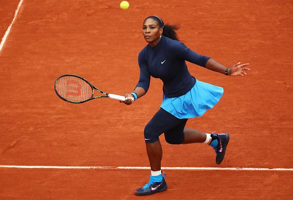 Serena Williams de Estados Unidos golpea una derecha durante el partido final de Singles damas en abierto de Francia en Roland Garros en 02 de junio de 2016 en París, Francia. (Foto por Clive Brunskill/Getty Images)